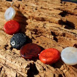 Kette mit münzförmigen Perlen aus Lava, Achat, Koralle und Sardonyx